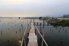 Houten promenade van de visserij van dorp bij schemering Royalty-vrije Stock Fotografie
