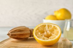 Houten raad met citroenruimer en gedrukt fruit royalty-vrije stock afbeeldingen