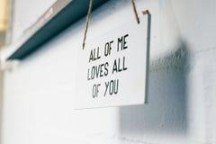 Houten raad met elk van tekst me liefdes iedereen, liefdeteken op binnenlandse modern van het muurhuis royalty-vrije stock fotografie