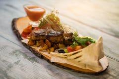 Houten raad met gekookt vlees royalty-vrije stock afbeelding