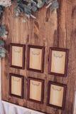 Houten raad met kaders in bruine die baguette, met bloemen opgezet op een schildersezel worden verfraaid Royalty-vrije Stock Foto's