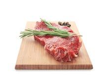 Houten raad met verse ruwe vlees en rozemarijn Royalty-vrije Stock Foto