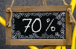 Houten raad met woord 70 die percenten met krijt, uithangbord worden geschreven stock foto's