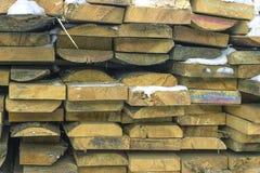 Houten raad, timmerhout, industrieel hout, hout De bouw van bar van een boom en een scherpende raad in stapels stock foto