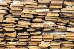Houten raad, timmerhout, industrieel hout, hout De bouw van bar van een boom en een scherpende raad in stapels stock afbeelding