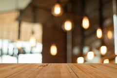 Houten raads lege lijst voor de vage lamp van de koffiewinkel Royalty-vrije Stock Afbeeldingen