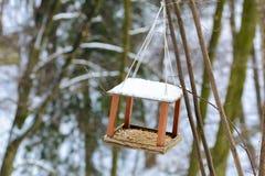 Houten rekken voor vogels op een boom Royalty-vrije Stock Afbeeldingen