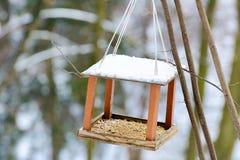 Houten rekken voor vogels op een boom Stock Foto's