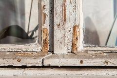 Houten retro oud vensterclose-up met een sjofele verftextuur stock foto