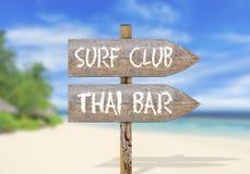 Houten richtingsteken met brandingsclub en Thaise bar Stock Foto