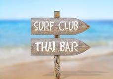 Houten richtingsteken met brandingsclub en Thaise bar Royalty-vrije Stock Afbeelding