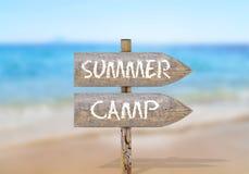 Houten richtingsteken met de zomerkamp Stock Afbeelding