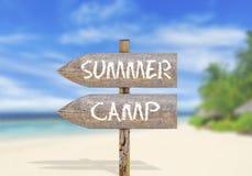 Houten richtingsteken met de zomerkamp Royalty-vrije Stock Foto's