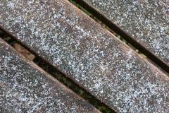 Houten richtingsteken met sneeuw bij het en de sneeuwval twee pijlen in één richting royalty-vrije stock afbeelding