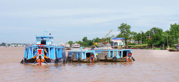 Houten rivierboten op de Rivier van Bliktho Royalty-vrije Stock Afbeeldingen