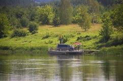 Houten rivierveerboot, Litouwen stock foto