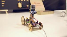 Houten robot op wielen stock footage