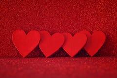 Houten rode harten op rode glanzende achtergrond Royalty-vrije Stock Foto
