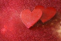 Houten rode harten op rode glanzende achtergrond Royalty-vrije Stock Fotografie
