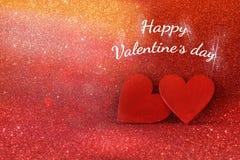 Houten rode harten op rode glanzende achtergrond Royalty-vrije Stock Afbeeldingen