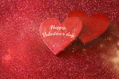 Houten rode harten op rode glanzende achtergrond Royalty-vrije Stock Afbeelding