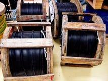 Houten rol van elektrische en Vezel optische kabel Stock Foto's
