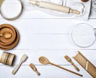Houten ronde platen, zeef en deegrol, ronde scherpe raad Stock Afbeelding