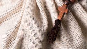Houten rozentuin en kruis op de achtergrond van de linnendoek Stock Afbeelding