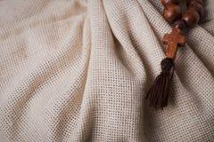 Houten rozentuin en kruis op de achtergrond van de linnendoek Royalty-vrije Stock Afbeeldingen