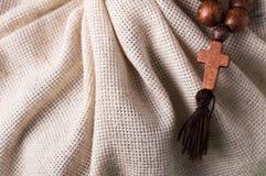 Houten rozentuin en kruis op de achtergrond van de linnendoek Royalty-vrije Stock Fotografie