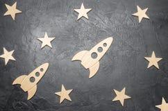 Houten ruimteraket en sterren op een donkere achtergrond Het concept ruimtevaarten, de studie van planeten en sterren Onderwijs stock afbeeldingen