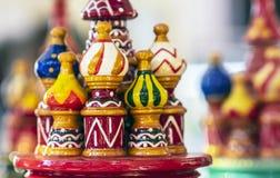 Houten Russische herinneringskathedraal met multi-colored koepels stock foto's