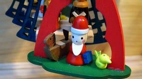 Houten Santa Claus Christmas Tree Ornament met Speelgoed Stock Afbeelding
