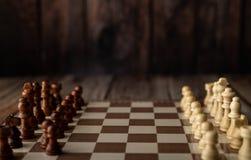 houten schaak rechtop op de raad royalty-vrije stock fotografie