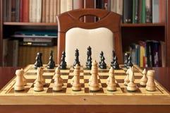 Houten schaakbeeldjes stock afbeeldingen