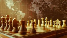 Houten schaakbord en stukken bij het begin van het spel royalty-vrije stock afbeelding