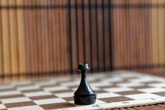 Houten schaakraad en plastic schaaktoren, aan boord Royalty-vrije Stock Foto's