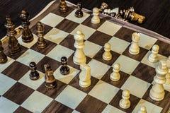 Houten schaakraad en schaakstukken binnen in het spel royalty-vrije stock foto