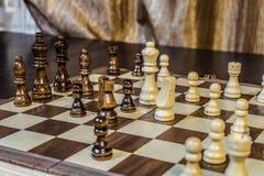 Houten schaakraad en schaakstukken binnen in het spel royalty-vrije stock foto's