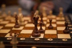 Houten schaakstukken aan boord van spel Bruine uitstekende achtergrond Royalty-vrije Stock Foto