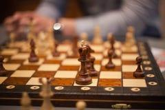 Houten schaakstukken aan boord van spel Bruine uitstekende achtergrond Stock Afbeelding