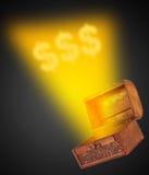 Houten schatborst met magisch wispy licht naar voren komend t Stock Foto
