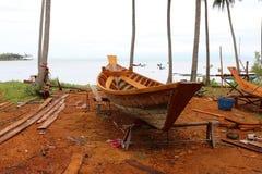 Houten scheepsbouw dichtbij het overzees royalty-vrije stock foto's