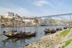 Houten schepen op Douro-rivier in Vila Nova de Gaia stock foto