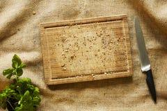 Houten scherpe raad met broodkruimels met mes op stof Stock Foto's