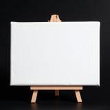 Houten schildersezel op een donkere achtergrond. Stock Foto's