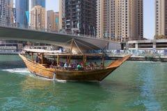 Houten schip voor toeristen in de Jachthaven van Doubai Stock Afbeelding