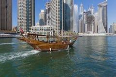 Houten schip voor toeristen in de Jachthaven van Doubai Stock Foto