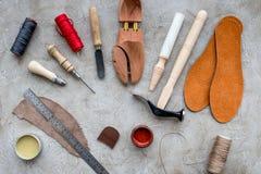 Houten schoen met schoenhulpmiddelen op grijze van het steenbureau hoogste mening als achtergrond stock afbeeldingen