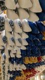 Houten schoenen die in een opslag in Amsterdam hangen Stock Afbeelding